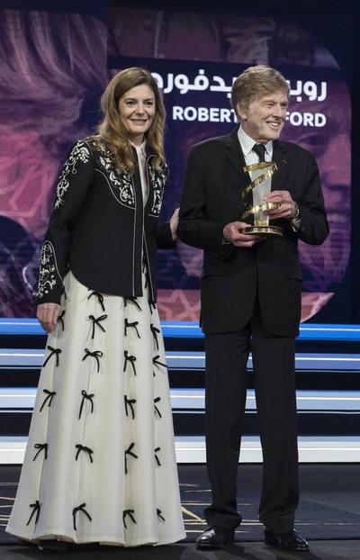 Redford recibió la estatua del homenaje de manos de la actriz Chiara Mastroianni y Rebecca Zlotovski, ambas actrices forman parte del jurado de esta edición que está presidido por la actriz escocesa Tilda Swinton.