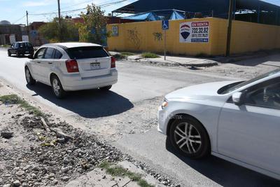En malas condiciones. El bulevar Francisco Sarabia, ubicado al oriente de la ciudad de Torreón, luce dañado y con varios baches en el pavimento.