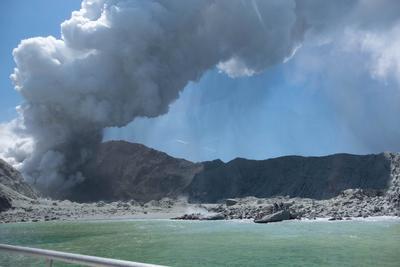 Volcán Whakaari en Nueva Zelanda entra en erupción
