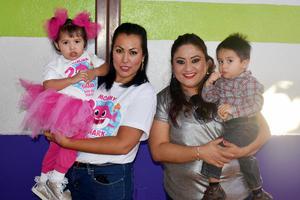 08122019 APAGA DOS VELITAS.  Catalina disfrutó de una alegre fiesta infantil, la acompañan en la fotografía, Ana Celia, Marina y Diego.