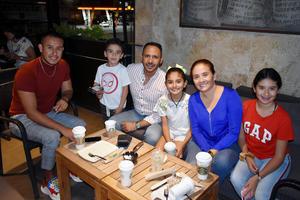 09122019 En familia disfrutan un delicioso café.