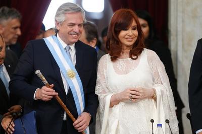 Fernández recibió de su antecesor, Mauricio Macri, la banda y el bastón presidencia.
