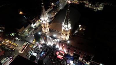 La iglesia de Nuestra Señora de Guadalupe lució totalmente llena al interior y exterior.
