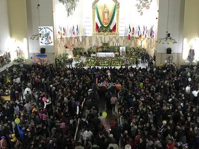 Danzantes y personas ingresaban a la iglesia, algunos de rodillas, para hacer alguna petición especial.