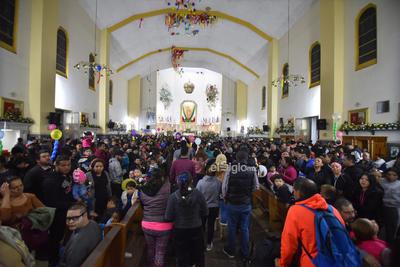 Otros feligreses trataban de acercarse al altar para elevar alguna oración o simplemente para entonar un Viva la Virgen de Guadalupe.