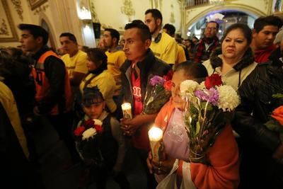 Niños, adultos y jóvenes llevaron sus rosas, rosarios o levantaron la mirada para dirigir sus pensamientos hacia las diversas imágenes religiosas del recinto.