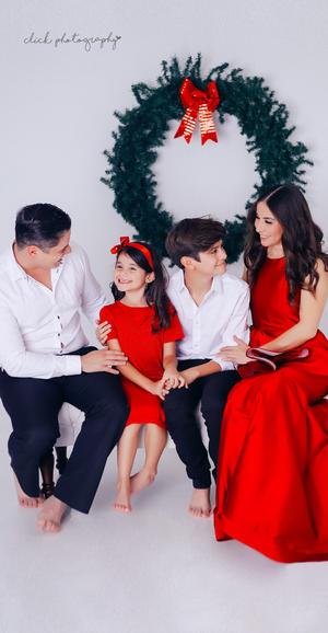 15122019 Paty y Saúl en compañía de sus hijos, Saúl y Regina en su sesión de fotos navideña.