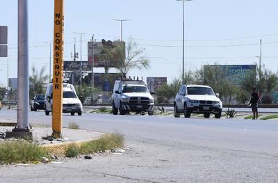 Sortean. En distintos bulevares del municipio de Torreón, los peatones se quedan parados en el camellón central. Prefieren arriesgarse a ser atropellados por los automóviles que circulan a altas velocidades y tener que sortear el paso de ellos para continuar con su trayecto.