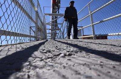 Peligro. Adultos mayores o personas con alguna discapacidad se enfrentan a la falta de mantenimiento de los puentes, como el daño a sus bases.