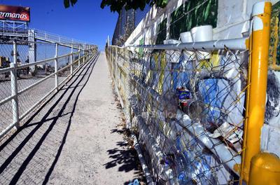 Basureros. Varios de estos puentes se han vuelto verdaderos depósitos de basura para los que llegan a utilizarlos. Además de generar un foco de infección, dañan la imagen urbana.