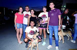 18122019 MUY CONTENTOS.  Familia Sánchez y sus mascotas, Layla y Beka.