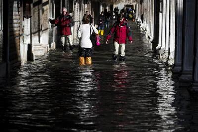 El agua cubrió el suelo del 60 por ciento del casco histórico.