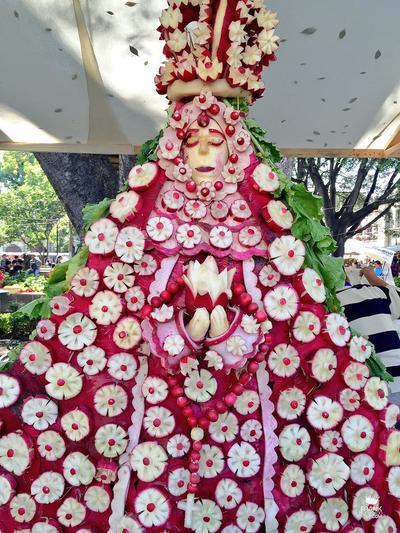 En la tradicional Noche de Rábanos 147 hortelanos y floricultores mostraron su talento, creatividad y habilidades para darles vida a un sinfín de esculturas manufacturadas en este tubérculo.