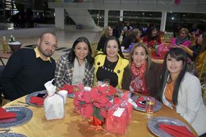 24122019 DISFRUTAN DE POSADA.  Iván, Nidia, Karla, Lorena y Liz.