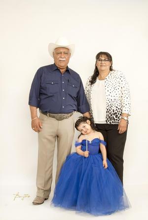 22122019 Regina Idalid Muñoz en compañía de sus abuelitos, Hipólito Muñoz Alderete y Rosy Martínez de Muñoz.
