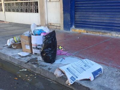 Amanecen montones de basura en las calles de La Laguna
