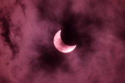 Este tipo de eclipse se produce cuando la Luna está más alejada de la Tierra y se coloca justo delante del sol, pero no lo cubre totalmente, lo que crea su característico anillo de fuego.