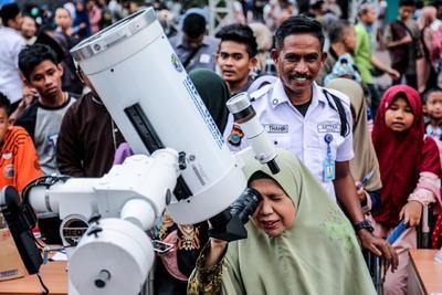 Personas en una sección del sur de Asia miraron al cielo el jueves para admirar un raro eclipse anular de Sol.