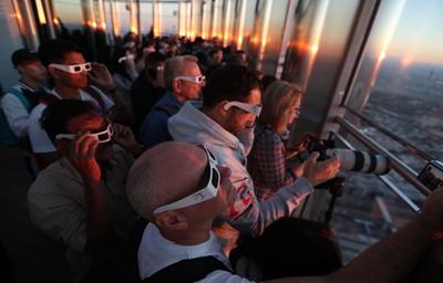Las autoridades en Indonesia proveyeron telescopios y centenares de cristales especiales para proteger los ojos de los observadores.
