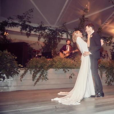 Hace unas semanas la actriz Hilary Duff contrajo matrimonio con el músico, cantante y compositor Matthew Koma, y desde entonces los detalles de su boda han sido un misterio pues decidieron hacer la ceremonia de bajo perfil.