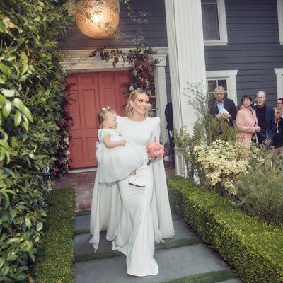 En una de las fotografías que también compartió aparece su hija Banks Violet Bair, quien lució también un vestido blanco y un lindo peinado. 'La pequeña niña lloró hasta que abrimos la puerta principal y supo que estábamos caminando hacia su papá y su 'bruvvah', como se les llama a los hermanos.
