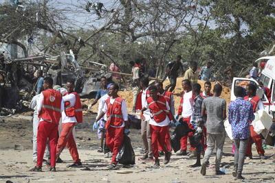 Nuestra ambulancia llegó la primera. Nos encontramos cuerpos desperdigados y personas heridas. Algunos de los cuerpos habían sido quemados vivos, relató a Efe Abshir Mohamed Amina, uno de sanitarios de Aamin sobre el terreno.