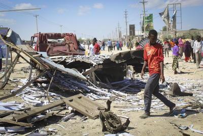 El atentado tuvo lugar a las 8:00 hora local (5.00 GMT) cuando un presunto suicida hizo estallar una especie de miniván cerca de una oficina de impuestos, en el puesto de control utilizado por los vehículos que salen y entran a Mogadiscio desde la ciudad de Afgoye.