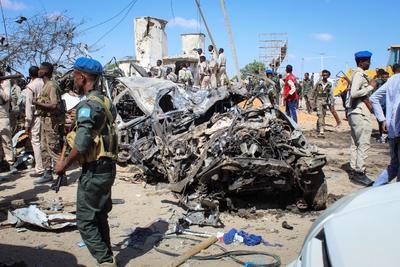 Era la hora punta de una jornada laboral, por lo que en los alrededores de la zona afectada había numerosos coches patrulla, estudiantes y vendedores ambulantes de qat (estimulante vegetal muy consumido en Somalia), según diversos testigos.