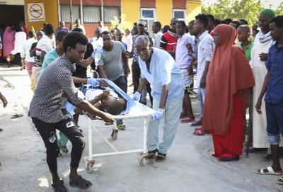 Mogadiscio -pese a permanecer nominalmente bajo control del Gobierno- sufre a menudo atentados de Al Shabab, organización afiliada a Al Qaeda desde 2012 y que controla las áreas rurales del centro y sur de Somalia.