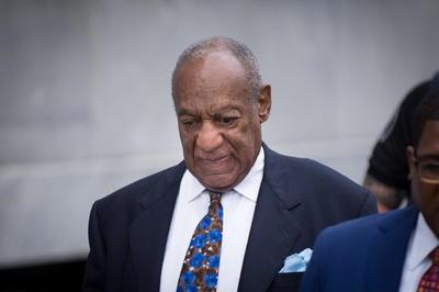 2015  Bill Cosby es señalado por acoso sexual por 35 mujeres, que declararon a New York Magazine. Aseguraron que fueron sometidas a presiones para no demandar, Cosby negó todas las acusaciones y no fue imputado por ningún cargo. Años después terminó en prisión por una condena de tres a 10 años por violar a una chica de la Universidad de Temple.