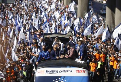 Aficionados salen a las calles para festejar el campeonato de Rayados