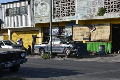 Obstruyen. Distintos talleres mecánicos a lo largo de la ciudad obstaculizan el paso de peatones con los vehículos dejados a media banqueta.