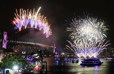Miles de personas celebran al Año Nuevo.