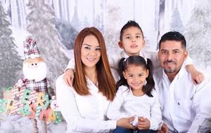 01012020 FELICES FIESTAS.  Familia Muñoz Mercado en una fotografía de estudio con motivo de las fiestas decembrinas.