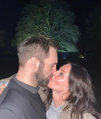 El amor. Couerteney Cox apareció en Instagram besando a su nueva pareja.