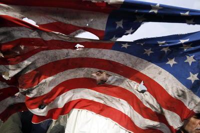Algunos de los asistentes en las manifestaciones incendiaron con furia las banderas de Estados Unidos e Israel.