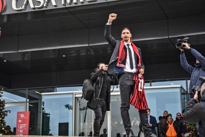 Presentan a Zlatan Ibrahimovic en la Casa de AC Milan