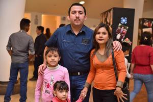 03012020 EN FAMILIA EN EXPOSICIóN DE ARTE.  Isidro, Marcela, Alexia y Victoria.