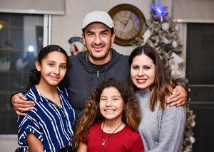 02012020 Víctor Estrada y América Rangel con sus hijos Natalia y Victoria.