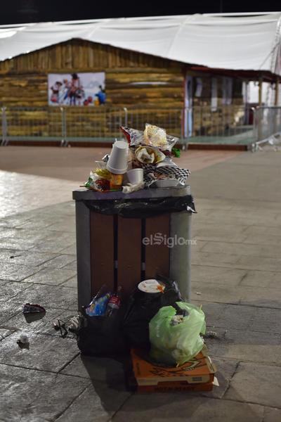 Los botes de basura en ocasiones no resultan suficientes para la basura que dejan las personas que visitan cada semana la Plaza Mayor.