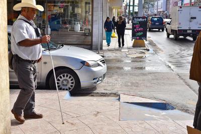 Las personas que dejan sus automóviles estacionados no revisan que no obstaculicen las rampas para los discapacitados.