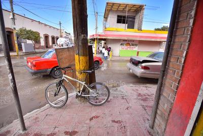 Bicicletas o anuncios atados a los postes de algunas esquinas imposibilitan a personas en andadores o sillas de ruedas subir por la rampa correspondiente.