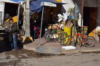 Las banquetas y las rampas para personas discapacitadas en Matamoros lucen obstruidas por distintos artículos y vendedores.