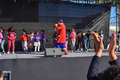 Además de la Rosca de Reyes, hubo música, lucha libre y shows infantiles, donde los pequeños tuvieron la oportunidad de disfrutar también de este festejo al lado de personajes animados y la presencia de los Reyes Magos sobre el escenario.