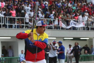 Fotografia cedida por Prensa de Miraflores del presidente de Venezuela Nicolás Maduro en la inauguración de un estadio de béisbol, este domingo, en La Guaira (Venezuela). Maduro aseguró este domingo que el opositor Juan Guaidó 'no quiso dar la cara' y por eso no entró a la sesión del Parlamento en la que debía ser reelegido como presidente de la cámara, pese a que este se enfrentó a decenas de policías para acceder al Palacio Legislativo.