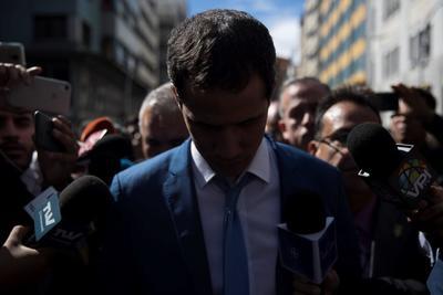 El líder opositor venezolano Juan Guaidó (c), rodeado de miembros de la prensa, se retira de las inmediaciones del Palacio Federal Legislativo luego de que miembros de la policía y de la Guardia Nacional Bolivariana le impidieran entrar a la sesión de la Asamblea Nacional este domingo, en Caracas (Venezuela). Diputados chavistas de la Asamblea Nacional (AN, Parlamento) eligieron como presidente del organismo a Luis Parra, antiguo miembro del partido Primero Justicia, en un bronco y breve debate al que no llegó Juan Guaidó, retenido durante horas por la Policía en los alrededores del Palacio Legislativo. Antes de la sesión, esperada desde hace meses como un nuevo pulso entre Gobierno y oposición, varios cordones de la de la Policía Nacional Bolivariana (PNB) y la Guardia Nacional Bolivariana (GNB, policía militarizada), impidieron los accesos al Parlamento con numerosos controles tanto a Guaidó como a otros diputados que lo acompañaban para el ingreso. EFE/ Miguel Gutiérrez
