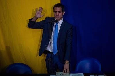 El presidente de la Asamblea Nacional, Juan Guaidó juramenta al diputado Juan Guanipa como primer vicepresidente del organismo en una sesión del Parlamento, realizada en la sede de un periódico local, este domingo, en Caracas (Venezuela). El líder opositor fue reelegido como presidente del Parlamento de Venezuela durante una sesión paralela e improvisada de la Cámara, celebrada en la sede de un periódico, en la que solo participaron los diputados contrarios a Nicolás Maduro y de la cual no formó parte la bancada chavista. Por Guaidó, a quien casi 60 países reconocen como presidente interino, votaron 100 legisladores de oposición, incluidos los miembros de la fracción 16 de Julio, contrarios al presidente Nicolás Maduro, pero también críticos habitualmente con el líder de la oposición. Agradezco la honra que me confieren, dijo Guaidó minutos antes de ser reelegido y apoyar con su propio voto la propuesta que le otorga otro año al frente del Parlamento.