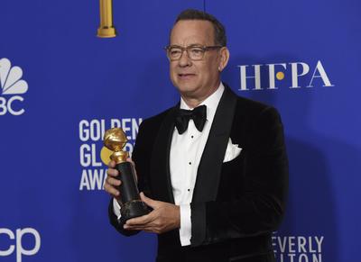 Charlize Theron entrega el premio honorífico 'Cecil B. DeMille' a Tom Hanks por su asombrosa trayectoria, quien ha participado en más de 80 películas dentro del cine de Hollywood.
