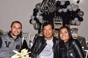 05012020 EN UNA FIESTA DE CUMPLEAñOS.  Héctor, Vidal y Viridiana.