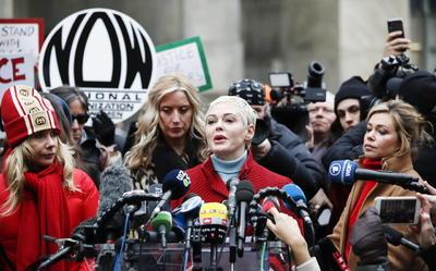 Vestidas de rojo, y junto a otras activistas y víctimas de abusos como la periodista Lauren Sivan o las también actrices Louise Godbold, Dominique Huett, Sarah Ann Masse y Paula Williams, no quisieron perderse la primera sesión del proceso, al que Weinstein llegó con un andador, como consecuencia de una reciente operación de espalda.